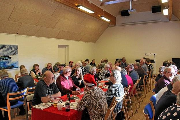 Der blev hygget og snakket mellem de 63 deltagere ved julefrokosten.Foto: Hans B. Henriksen