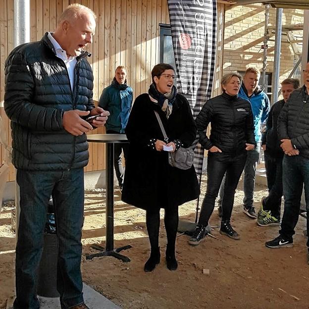 Direktør for familie- og beskæftigelsesforvaltningen Hans Christian Mariegaard opfordrede til hurra-råb. Foto: Karl Erik Hansen