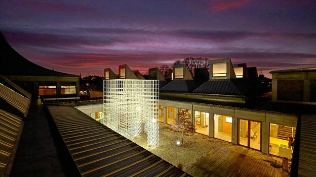 Juleudsmykningen i gården ved Utzon Center gav i 2016 genlyd i internationale medier for arkitektur og design. Den er et godt eksempel på en udsmykning, der passer godt til et bestemt sted. Du kan se, når dette års lysinstallation på Utzon Center tændes første gang 1. december.