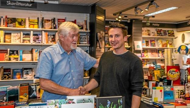 Jørgen Balle siger velkommen til 35 årige boghandler Jesper Vad, som indtil videre ikke laver om på butikken. Han vil senere vende tilbage med en reception. Foto: Mogens Lynge