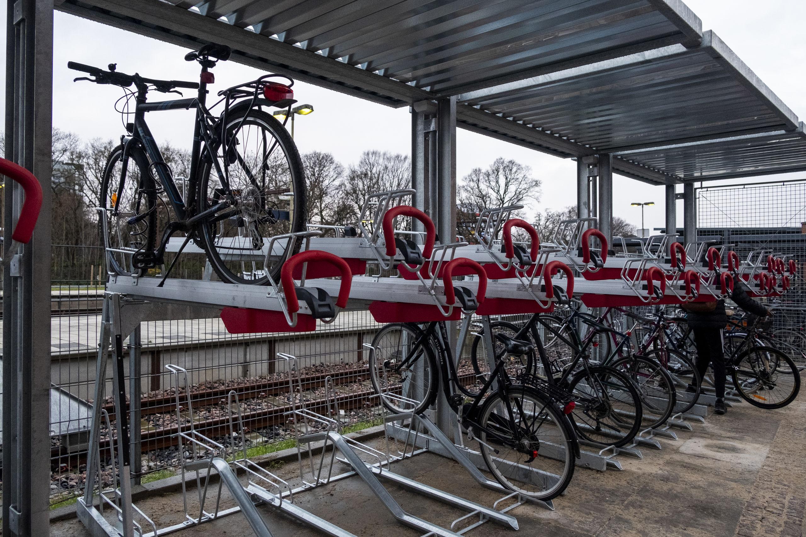 Cykelparkeringen er netop taget i brug, og der er 60 nye pladser. Foto: Lasse Sand