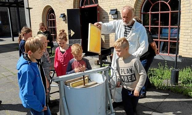 Niels og Bente Rasmussen lærere børnene om den hyggelige hobby at have bier. Privatfoto Picasa