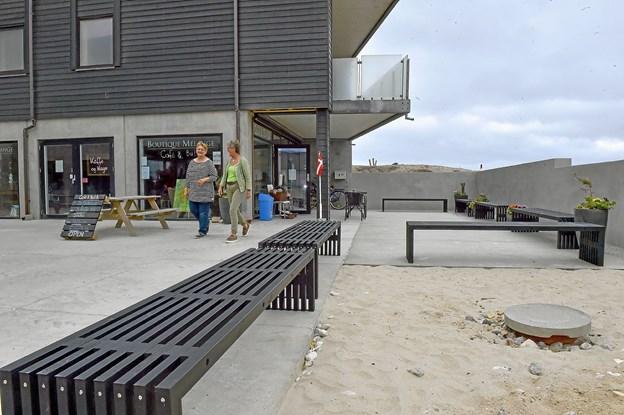 Ved den nyanlagte mur, ses de 30 nye kvadratmeter der er bygget til. En stribe nye sorte trallebænke giver et sted for folk at sidde. Foto: Ole Iversen
