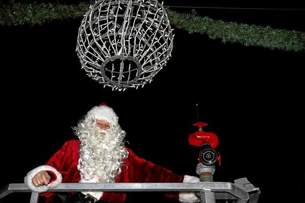 Julemandens magi er klar til at tænde julebelysningen i Brovst. Foto: Flemming Dahl Jensen Flemming Dahl Jensen
