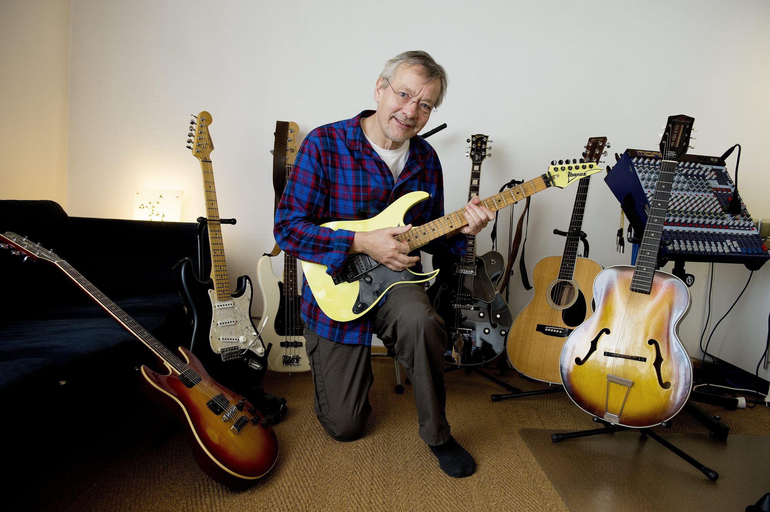Publikum er normalt vant til at se Viggo Steincke med ét eller andet musikinstrument i hænderne - og det må gerne være en guitar - men nu kan den musikalske entreprenør såmænd også skrive forfatter på cv'et. Arkivfoto: Henrik Bo