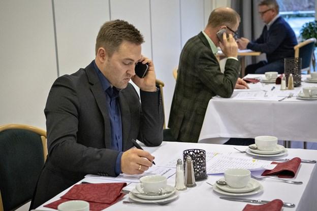 Anders Krøgh, forrest, fra Spar Nord var også i kontakt med sit netværk for at bede om en skilling til julehjælpen. Foto: Kim Dahl Hansen Foto: Kim Dahl Hansen