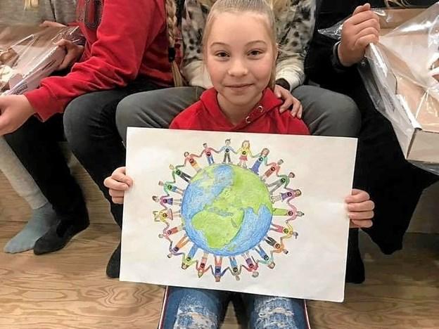 Mia Overgaard fra 6. klasse på Arden Skole med sin flotte tegning, der vandt den lokale plakatkonkurrence. Foto: Privat