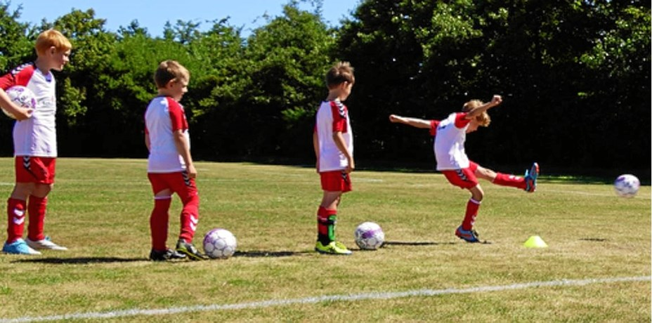 Fodbolden ruller videre i sommerferien