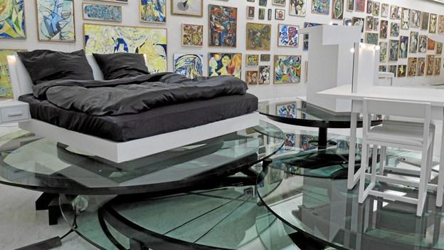 Aalborg har Danmarks vildeste hotelsuite: Her får du en roterende seng, sorte silkelagener og kunst i rå mængder