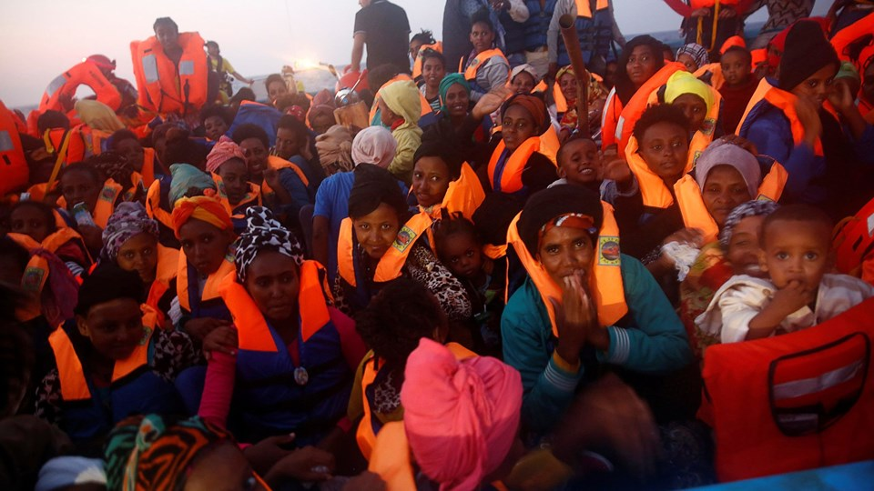 Migrants from Eritrea are seen on an overcrowded wooden vessel during a rescue operation by the Spanish NGO Proactiva, off the Libyan coast in Mediterranean Sea Foto: Reuters/Giorgos Moutafis