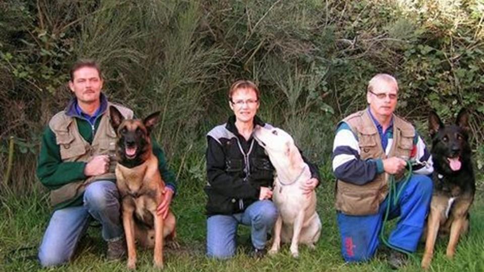 TRE HUNDEFØRERE og deres trofaste hunde skal til DM. Fra venstre er det Kim Fauerskov, Morum ved Aars, Lisbeth Kristensen, Nørager, og Knud Erik Johansen, Kjemtrup ved Nørager. Privatfoto