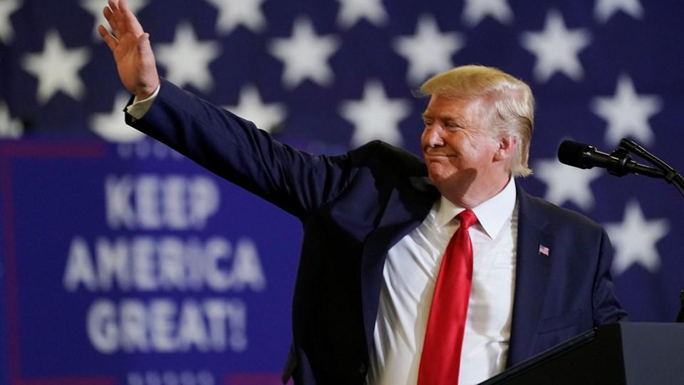 Donald Trump ses her ved et stort vælgermøde i kongresdistriktet tirsdag aften, der havde til formål at øge valgdeltagelsen blandt republikanske vælgere.