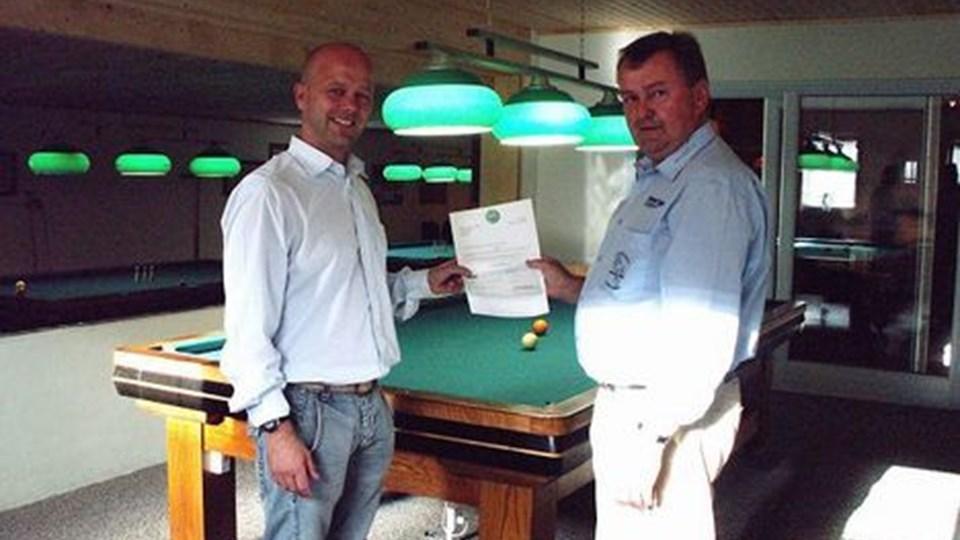 Jørgen Rüdinger fra Tuborg (tv) overrakte billardklubbens formand Kurt Mølgaard en check på 15.000 kr.