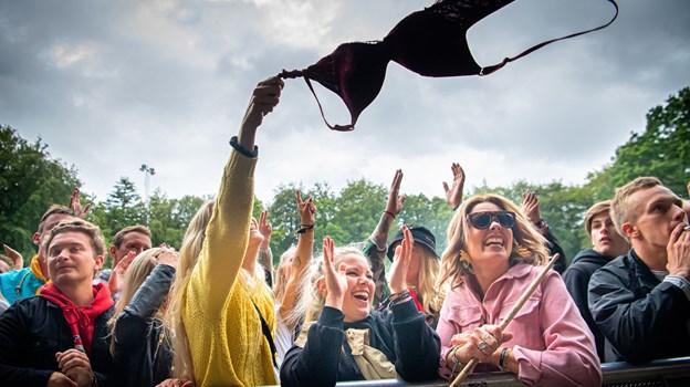 Humøret var højt, og gæsterne holdt en kæmpe fest. Her til Suspekts koncert på Stor Scene lørdag. Foto: Martin Damgård