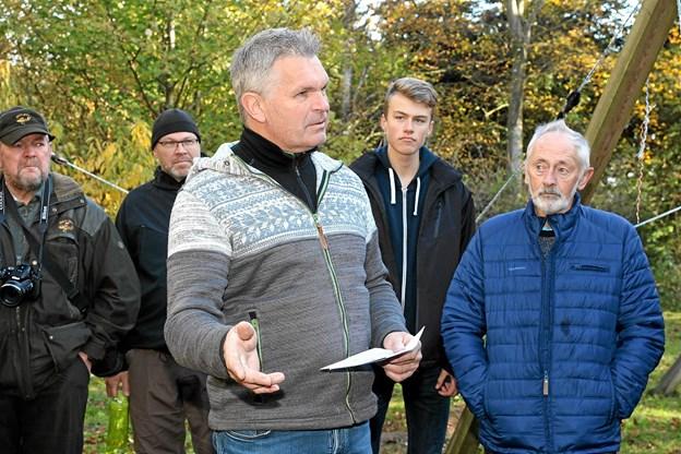 Lars Bo Christensen fra Gjøl kom på vegne af Gjøl og Hjertestien med penge og et bænkesæt. ?Foto: Flemming Dahl Jensen