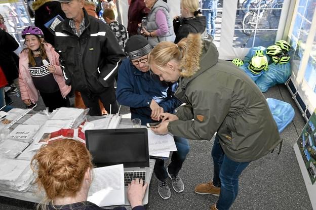 Kassen blev gjort op af Christina Hove (rødt hår), Pernille Hovmark og lærer Kaj Sørensen og det store tal til sidst løb på 166.077 kroner. Foto: Ole Iversen