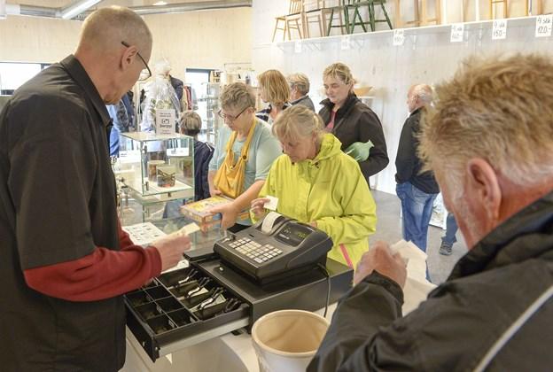 Selvom handicapområdet i Mariagerfjord Kommune trækker sig ud af Resursen, fortsætter genbrugsbutikken med at lange gode fund over disken. Arkivfoto