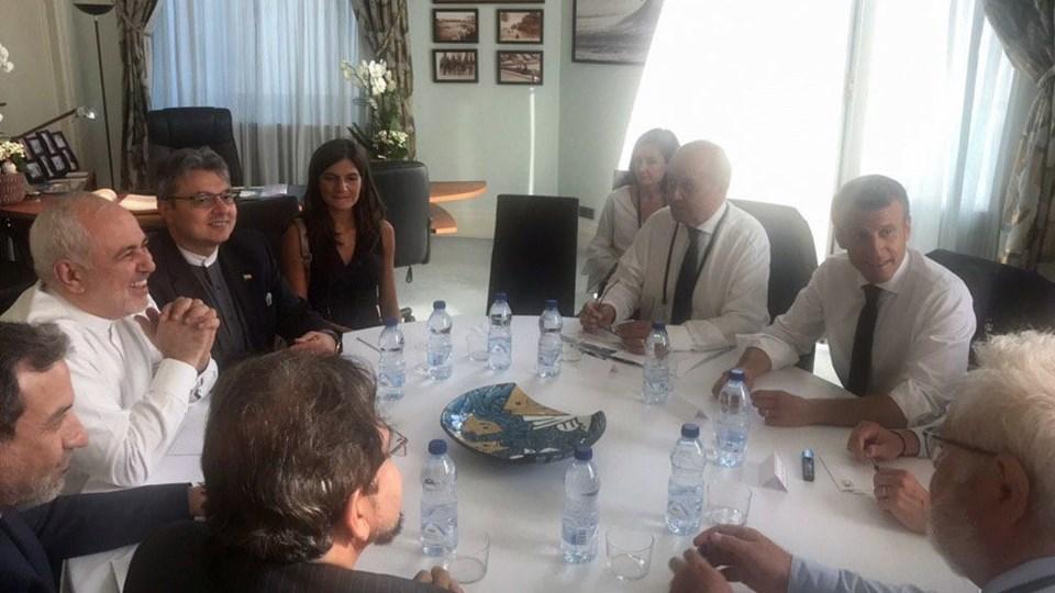 Irans udenrigsminister, Mohammad Javad Zarif (nr. to fra venstre), lagde søndag aften dette billede ud på Twitter. Han ankom søndag eftermiddag til G7-topmødet i Biarritz. Her holdt han blandt andet et 30 minutter langt møde med den franske præsident, Emmanuel Macron (nr. to fra højre), på byens rådhus. Dagen inden havde lederne af G7-landene drøftet Iran-krisen.