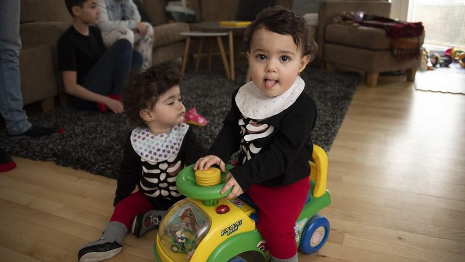Heldigvis er de helt ubekymrede om deres fremtid - Sham og Chourok er født af forældre, der helst vil blive i Europa, men måske ikke får lov til det. Lige nu bor familien i Hjørring.  Foto: Kurt Bering