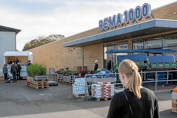 Det nye Fisketeria holder ved Rema, og duften af nystegte fisk fristede mange. Foto: Niels Helver