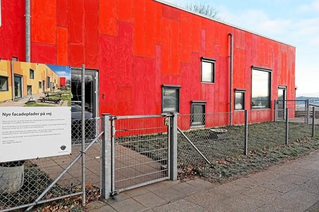 Børnehusets facadeplader er knækket og er blevet misfarvet. Hjørring Kommune har fundet årsagen, og for tiden skifter ?HP Byg alle pladerne. ?Foto: Niels Helver Niels Helver
