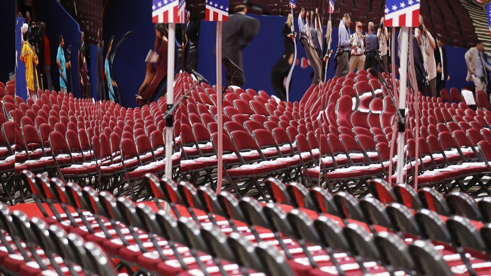 Seats for the delegates to the 2016 Republican National convention are reflected in a mirror on the floor of the convention before the start of the first session at the Republican National Convention in Cleveland Foto: Reuters/Jonathan Ernst