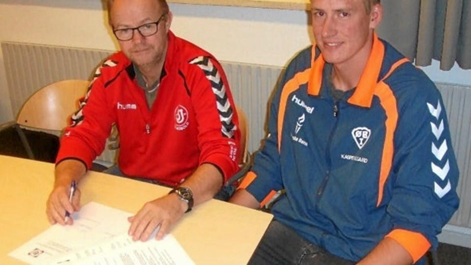 Så har de to klubber sat underskriften på aftalen. Her Kasper Elgaard Hansen fra ØBI og Klaus Riis Klæstrup fra BI. Privatfoto