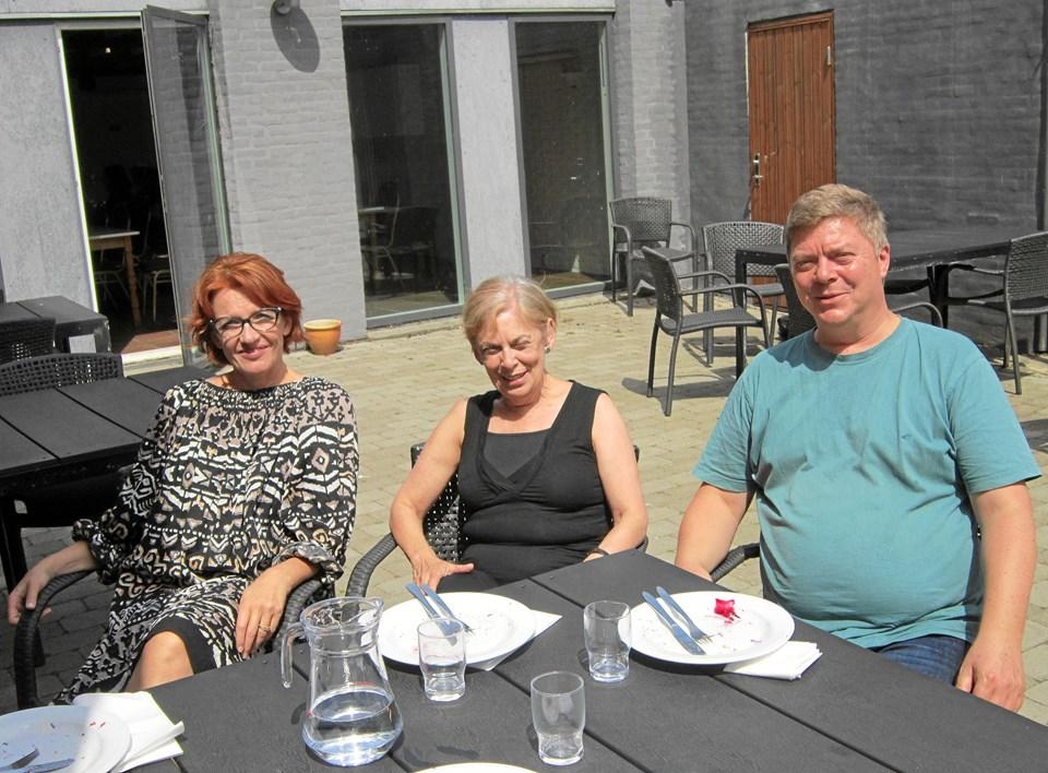 Professor Helene Gjerris fra konservatoriet i København, til venstre, og koreograf og bevægelseslærer Mandy Demetriou fra London nød onsdag frokosten på Morup Mølle Kro sammen med Peter Frost, der er arrangør af North Sea Vocal Academy og selv tenorsanger.