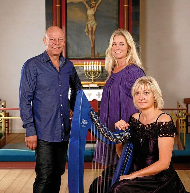 De tre, pianisten Knud-Erik Thrane, Tina Siel samt fløjte- og harpespilleren Tine Lilholt, udgør den Unikke Trio. PR-foto
