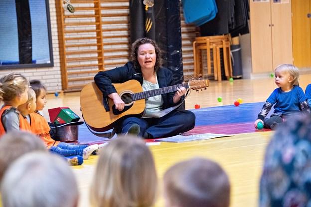 Pia Teien leverede musikken - og hun havde et godt tag i børnene. Foto: Kim Dahl Hansen Foto: Kim Dahl Hansen