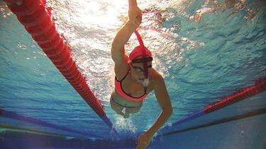 23-årige Line repræsenterer landsholdet i svømning og er med i kapløbet om en OL-udtagelse. Og så læser hun også til læge