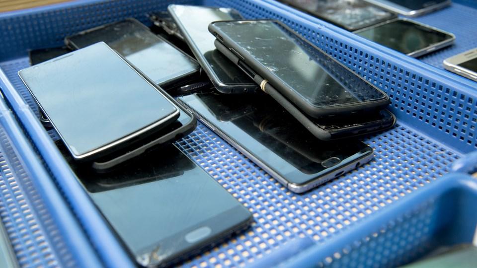 Masser af glemte eller tabte mobiltelefoner. Foto: Lars Pauli