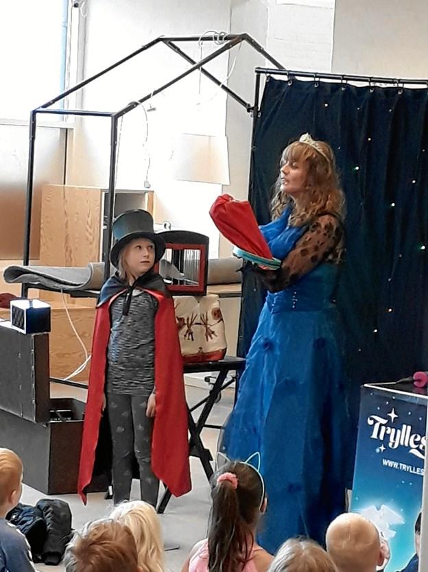 7-årige Laura Dal på scenen sammen med Tryllestøv. Privatfoto