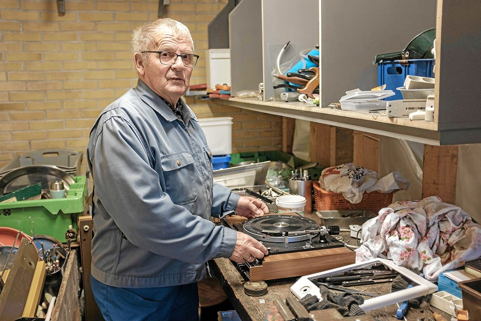 Egon Jakobsen adskiller den elektronik, der ikke kan istandsættes, inden det videresælges til en produkthandel. Foto: Niels Helver Niels Helver