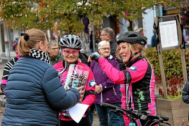 Det dur ikke at gå sukkerkold, så der skulle lige lidt mundgodt til før turen på cyklerne gik videre. Foto: Hans B. Henriksen