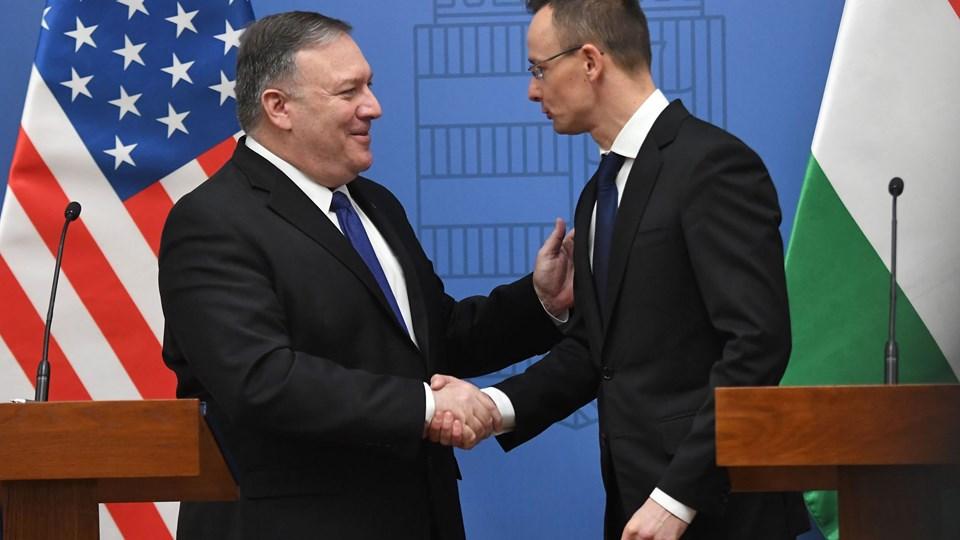 USA's udenrigsminister, Mike Pompeo (til venstre), sammen med Ungarns udenrigs- og handelsminister, Péter Szijjártó (til højre) under mandagens besøg.