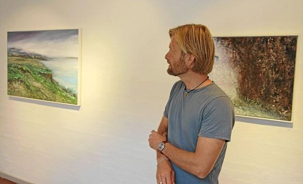 Billedkunstneren Simon Aaen fylder væggene i grundetagen med sine naturbilleder. Foto: Jørgen Ingvardsen