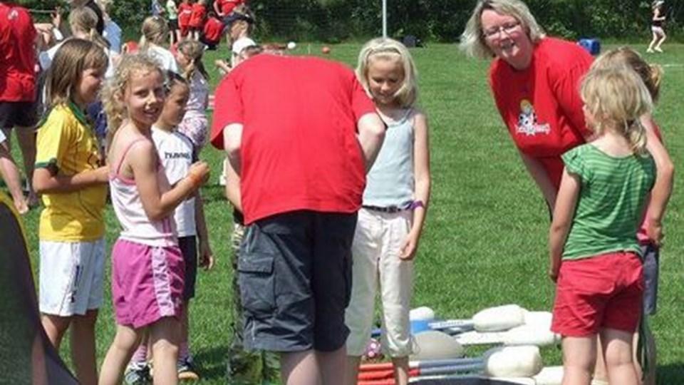 ASV-leder Anne-Britt Larsen (th) prøvede at lokke pigerne til at spille fodbold.privatfoto