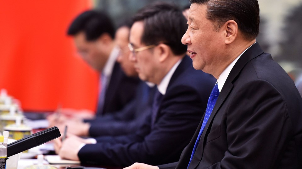 Kinas præsident, Xi Jinping (th.), lover at åbne det kinesiske marked yderligere for udenlandske firmaer. Løftet skaber optimisme på finansmarkederne. Foto: Reuters/Pool/arkiv