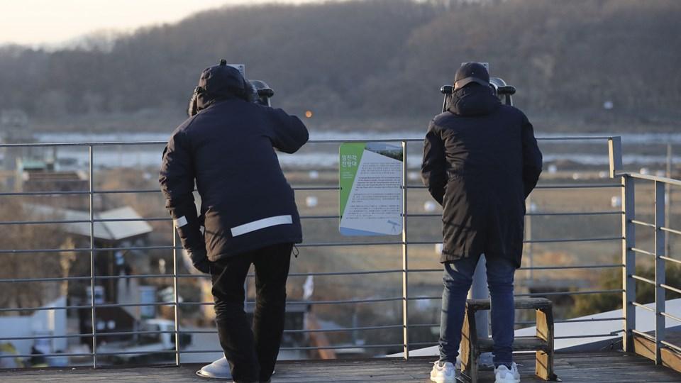 """Nordkorea genåbnede tidligere onsdag en længe lukket grænsehotline til Sydkorea, få timer efter at præsident Donald Trump på Twitter havde skrevet, at USA's """"atomknap"""" er større end nordkoreanernes. Foto: /ritzau/AP/Lee Jin-man"""
