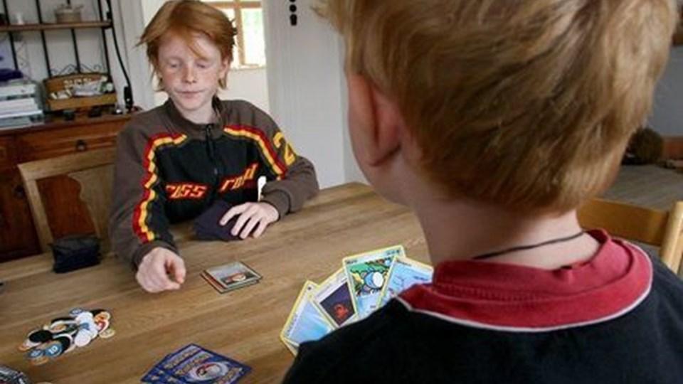 Magnus kan bare det der med at spille pokémon, og nu er han den tredjebedste i sin aldersgruppe i hele Danmark. Her spiller han med sin lillebror Aske, 6 år.Foto: Diana Holm