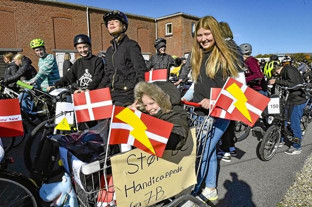 """De """"handicappede"""" fra 7B - kørte rundt med raslebøsse og samlede ind - med et glimt i øget. Foto: Ole Iversen"""