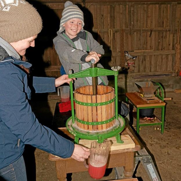 Ved hytterne kan gæsterne få presset deres egne medbragte æbler og pærer til most, husk flasker til mosten! Foto: Niels Helver