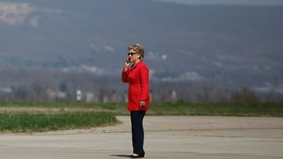 US Democratic presidential hopeful New York Senator Hillary Clinton speaks on her cell phone as she waits to get on her plane at Scranton airport after holding a campaign rally in the Scranton Cultural Center April 21, 2008. With one day to go until primary election day the Democratic candidates, Illinois Senator Barack Obama and Clinton continue to make their points to voters. AFP PHOTO/Joe Raedle/Getty Images FOR NEWSPAPERS, INTERNET, TELCOS AND TELEVISION USE ONLY. (Foto: JOE RAEDLE/Scanpix 2008)