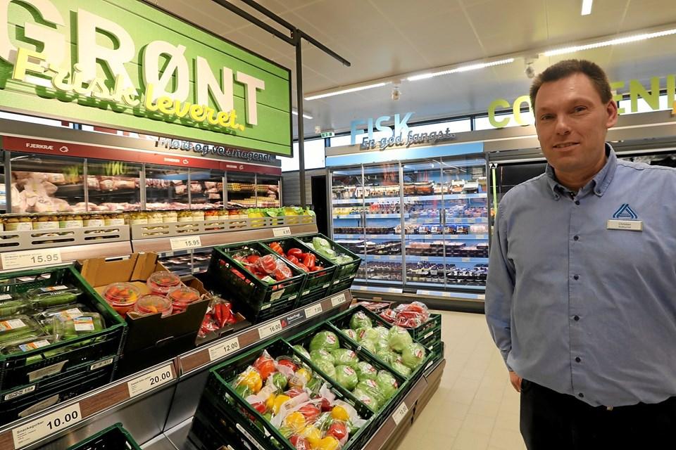Butikschef Christian Schultz glæder sig over den nyrenoverede butik. Foto: Allan Mortensen Allan Mortensen