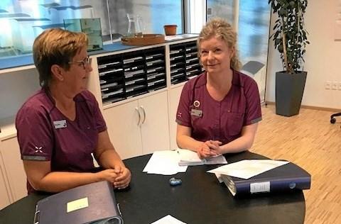Birgitte Nielsen og Lone samtaler om dagens opgaver. Foto: Jesper Larsen