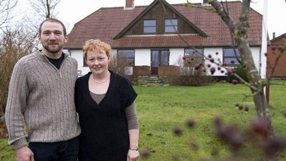 Morten og Tina Mejdahl ved slægtsgården, der atter har fået en politiker som herre i huset. Foto: Grete Dahl