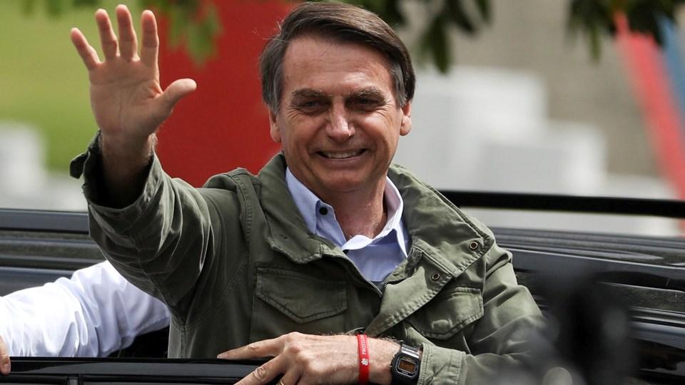 Med 95 procent af stemmerne talt op søndag aften havde Jair Bolsonaro opbakning fra 55,54 procent af brasilianerne. Billedet her er fra tidligere søndag, hvor Bolsonaro hilste på sine tilhængere i forbindelse med afstemningen. Foto: Pilar Olivares/Reuters