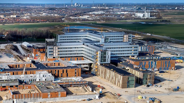 Det nye hospital rejser sig langsomt, men sikkert - nu kan du komme tættere på. Arkivfoto: Lars Pauli