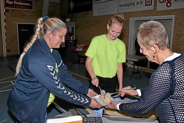 De frivillige hjælpere havde travlt med at fylde i de lækre tarteletter. Foto: Hans B. Henriksen Hans B. Henriksen